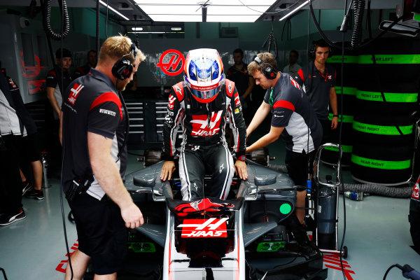 Sepang International Circuit, Sepang, Malaysia. Friday 29 September 2017. Romain Grosjean, Haas F1, enters his cockpit. World Copyright: Andy Hone/LAT Images  ref: Digital Image _ONZ8833
