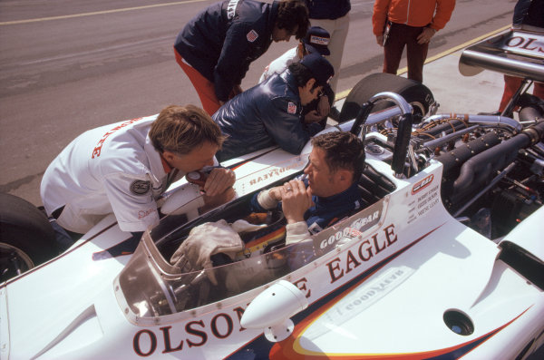1974 USAC Indycar Series.Ontario, California, USA. 3rd-10th March 1974.Bobby Unser (Eagle-Offenhauser) with team owner Dan Gurney.World Copyright: Murenbeeld/LAT Photographic