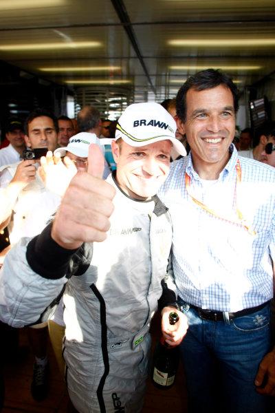 Autodromo Nazionale di Monza, Monza, Italy.13th September 2009.Rubens Barrichello, Brawn GP BGP001 Mercedes, 1st position, and the Brawn GP team celebrate. Portrait. World Copyright: Charles Coates/LAT Photographicref: Digital Image _26Y0681