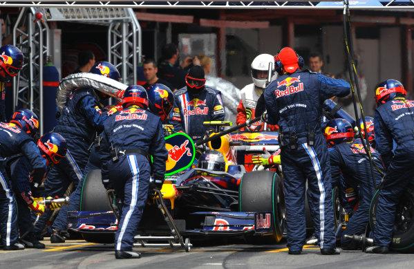 2009 Spanish Grand Prix - Sunday Circuit de Catalunya, Barcelona, Spain 10th May 2009 Sebastien Vettel, Red Bull RB5 Renault, makes a stop. Action. Pit Stops. World Copyright: Steve Etherington/LAT Photographic ref: Digital Image ESP_3052-H