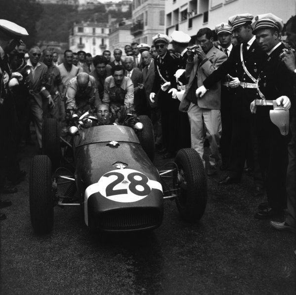 Monte Carlo, Monaco. 26-29 May 1960.Stirling Moss (Lotus 18-Climax), 1st position, drives to parc ferme, action.World Copyright: LAT PhotographicRef: Autocar Glass Plate C58329.