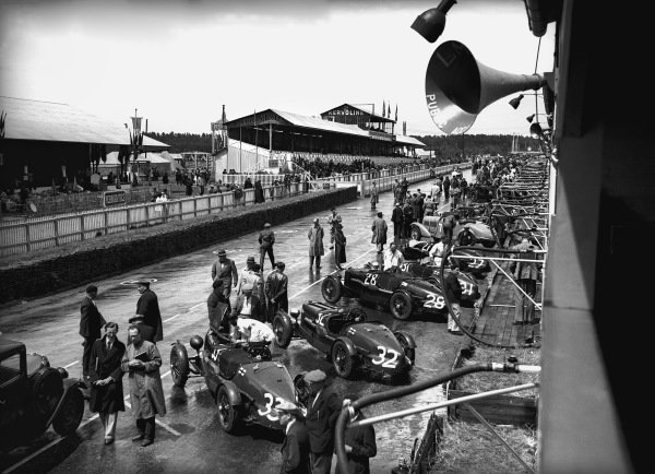 Le Mans, France. 15-16 June 1935. The Aston Martin cars line up  in the pits, action.  World Copyright: LAT Photographic Ref: Autocar Glass Plate C6536.