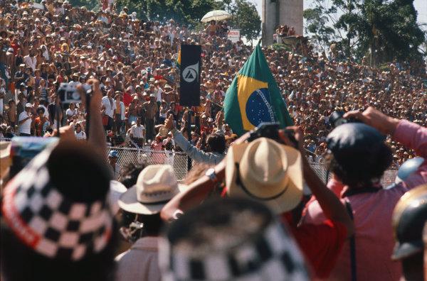 1973 Brazilian Grand Prix.  Interlagos, Sao Paulo, Brazil. 9-11th February 1973.  Emerson Fittipaldi, Lotus, 1st position, waves to the fans.  Ref: 73BRA37. World Copyright: LAT Photographic
