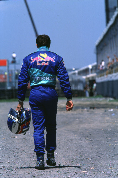 1999 Canadian Grand Prix.Montreal, Quebec, Canada.11-13 June 1999.Jean Alesi (Sauber Petronas) makes the long walk home.Ref-99 CAN 20.World Copyright - LAT Photographic