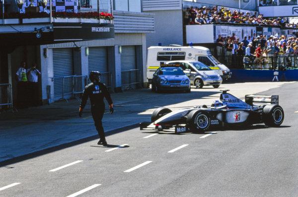 Mika Häkkinen, McLaren MP4-14 Mercedes, retires to the garage.