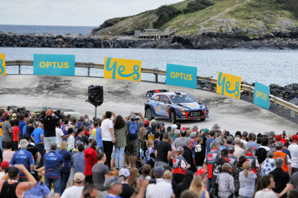Thierry Neuville (BEL) / Nicolas Gilsoul (BEL), Hyundai Motorsport i20 Coupe WRC and fans at World Rally Championship, Rd13, Rally Australia, Day One, Coffs Harbour, New South Wales, Australia, 17 November 2017.
