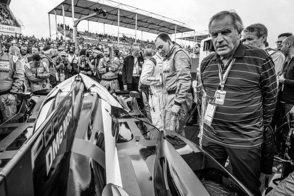 Motorsport.com's technical illustrator Giorgio Piola check out the pole winning #2 Porsche Team Porsche 919 Hybrid