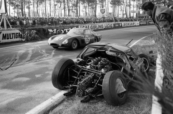 David Piper / Masten Gregory, North American Racing Team, Ferrari 250GTO, passes the crashed car of David Hobbs / Richard Attwood, Lola Cars, Lola Mk6 GT-Ford.