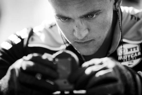 Simon Pagenaud, Team Penske Chevrolet, mechanic, tire