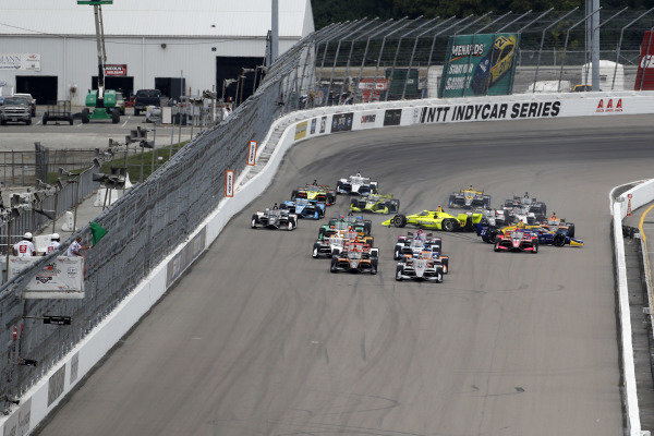 #12: Will Power, Team Penske Chevrolet leads the field to the start as #22: Simon Pagenaud, Team Penske Chevrolet, #27: Alexander Rossi, Andretti Autosport Honda and others crash