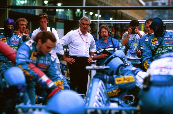 2000 Brazilian Grand Prix.Interlagos, Sao Paulo, Brazil.24-26 March 2000.Benetton's new Managing Director Flavio Briatore watches over his mechanics as they practice pitstops.World Copyright - LAT Photographic