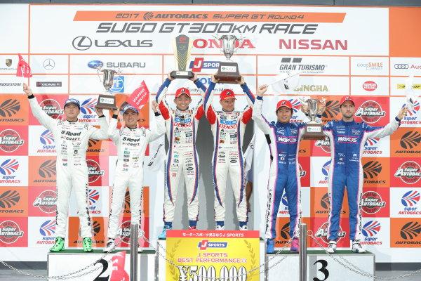 2017 Japanese Super GT Series. Sugo, Japan. 22nd - 23rd July 2017. Rd 4. GT500 Winner Heikki Kovalainen & Kohei Hirate ( #1 DENSO KOBELCO SARD LC500 ) 2nd position Satoshi Motoyama & Katsumasa Chiyo ( #46 S Road CRAFTSPORTS GT-R ) 3rd position Kazuya Oshima & Andrea Caldarelli ( #6 WAKO'S 4CR LC500 ) podium portrait World Copyright: Yasushi Ishihara / LAT Images. Ref: 2017SGT_Rd4_005