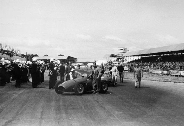 1952 British Grand Prix.Silverstone, Great Britain. 19 July 1952.The works Ferrari 500s of Alberto Ascari and Giuseppe Farina before the start. Ascari and Piero Taruffi walk to the grid. Ref-4647A #17.World Copyright - LAT Photographic