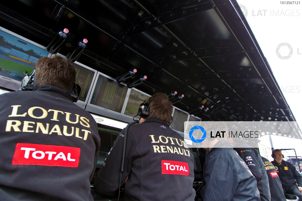 Albert Park, Melbourne, Australia25th March 2011.The Lotus Renault team on the pit wall. Portrait. World Copyright: Charles Coates/LAT Photographicref: Digital Image