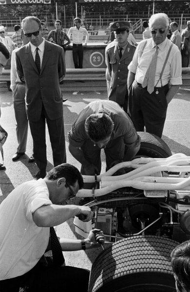 1967 Italian Grand Prix.Monza, Italy.8-10 September 1967.Enzo Ferrari stands watching the Ferrari mechanics at work during practice.World Copyright - LAT Photographic