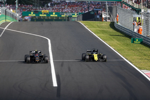 Kevin Magnussen, Haas VF-19, battles with Daniel Ricciardo, Renault R.S.19