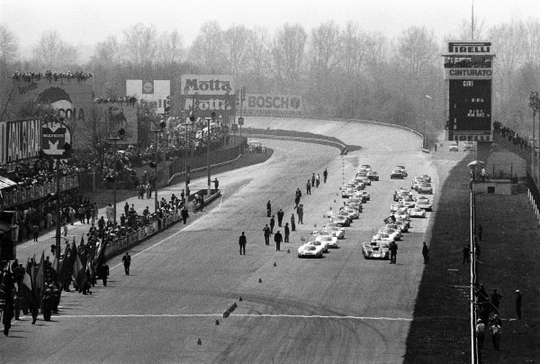 The grid formed up prior to the start of the race, with Jo Siffert / Brian Redman, Porsche System Engineering, Porsche 908 LH 026, and Mario Andretti / Chris Amon, SpA Ferrari SEFAC, Ferrari 312 P 0870, on the front row.