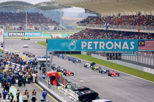 2001 Malaysian Grand Prix.Sepang, Kuala Lumpur, Malaysia. 16-18 March 2001.The grid goes nowhere after the start was aborted, due to Giancarlo Fisichella (Benetton B201 Renault) missing his grid slot and being left in a dangerous position.World Copyright - LAT Photographicref: 8 9MB DIGITAL IMAGE