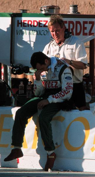 1999 CART California 500, California Speedway 31/10/99Dale Coyne comforts Michel Jourdain-1999, Phil Abbott / USALAT PHOTOGRAPHIC