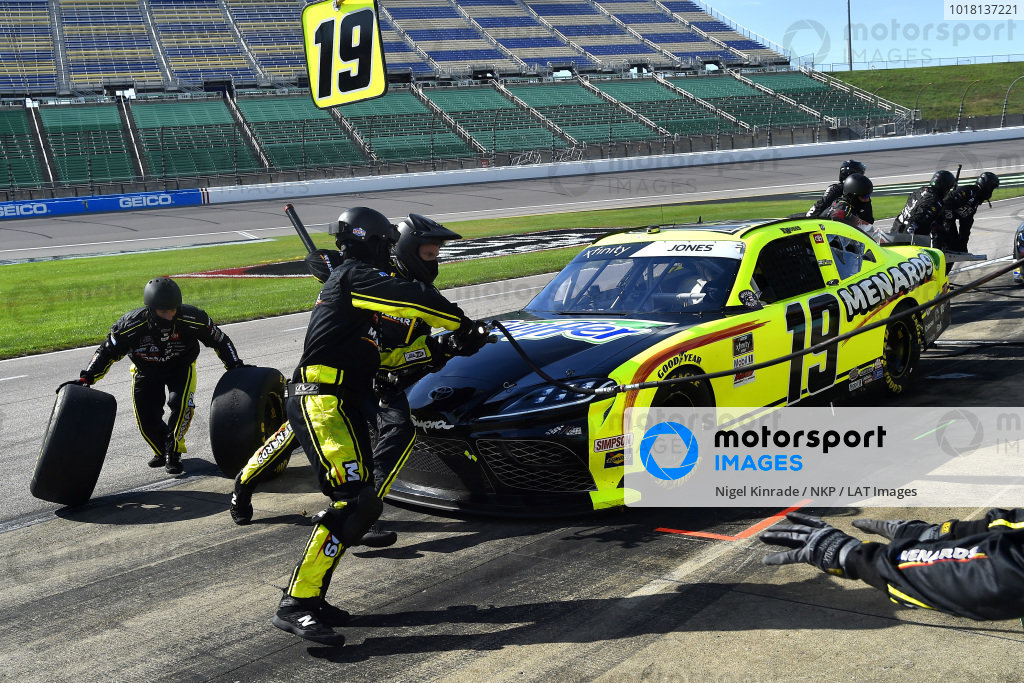 #19: Brandon Jones, Joe Gibbs Racing, Menards/Swiffer Toyota Supra pit stop
