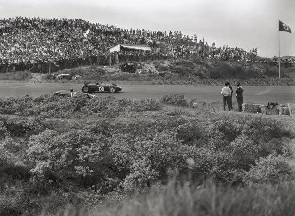 1960 Dutch Grand Prix.Zandvoort, Holland. 6 June 1960.Jim Clark, #6 Lotus 18-Climax, retired, and Graham Hill, #16 BRM P48, 3rd position, action.World Copyright: LAT PhotographicRef: C58401