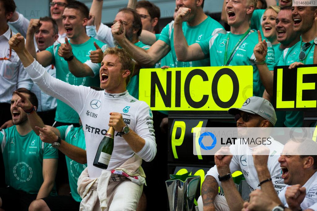 Autodromo Nazionale di Monza, Italy. Sunday 4 September 2016. Nico Rosberg, Mercedes AMG, 1st Position, Lewis Hamilton, Mercedes AMG, 2nd Position, and the Mercedes team celebrate victory. World Copyright: Sam Bloxham/LAT Photographic ref: Digital Image _SLA8830