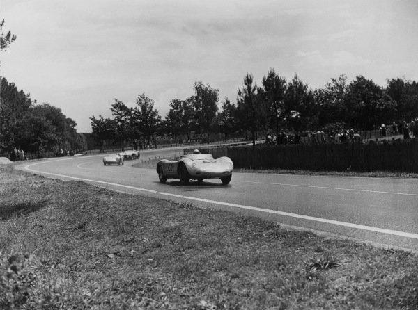 Le Mans, France. 21 - 22 June 1958.Jean Behra/Hans Herrmann (Porsche 718 RSK Spyder), 3rd position, action. World Copyright: LAT PhotographicRef: Autocar Glass Plate C52726.