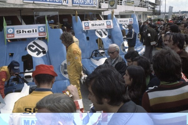 1972 Le Mans 24 hours.Le Mans, France. 10-11 June 1972.Matra-Simca mechanics and the crowd inspect rear bodywork in the pits.World Copyright: LAT PhotographicRef: 35mm transparency 72LM03