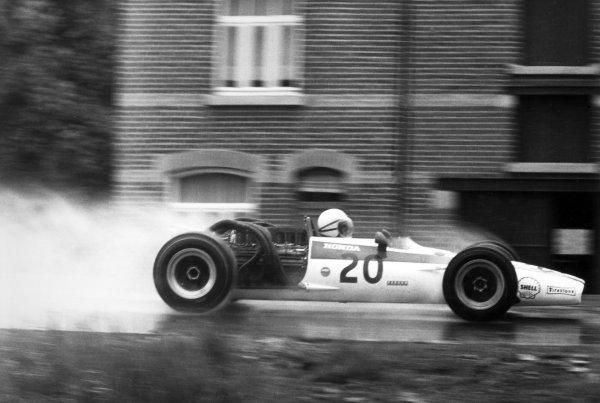 1968 Belgian Grand Prix.Spa-Francorchamps, Belgium. 9 June 1968.John Surtees, Honda RA301, retired, action.World Copyright: LAT PhotographicRef: Motor b&w print
