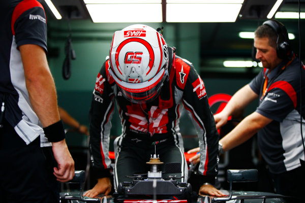 Sepang International Circuit, Sepang, Malaysia. Friday 29 September 2017. Antonio Giovinazzi, Haas F1 Team, enters his cockpit ahead of FP1. World Copyright: Andy Hone/LAT Images  ref: Digital Image _ONY1201