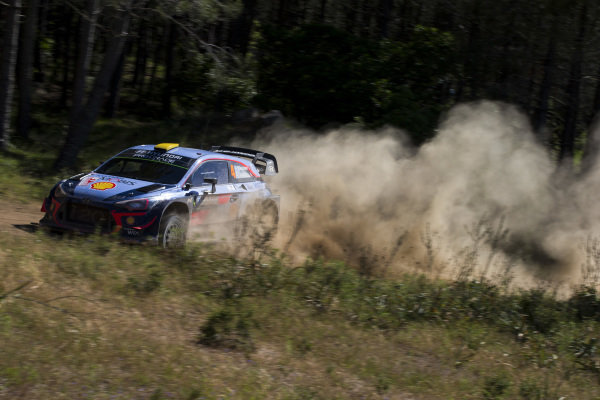 Andreas Mikkelsen kicks up the dust on Rally d'Italia Sardinia