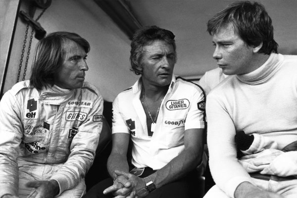 1980 Formula 1 World Championship. Jaques Laffite, Gerard Ducarouge and Didier Pironi in conversation in the pits, portrait.  World Copyright: LAT Photographic.  Ref:  B/W Print.