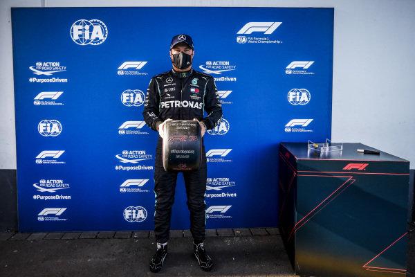 Pole Sitter Valtteri Bottas, Mercedes-AMG Petronas F1 in Parc Ferme with the Pirelli Pole Position Award