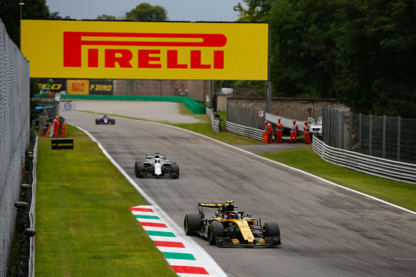 Carlos Sainz Jr., Renault Sport F1 Team R.S. 18, leads Lance Stroll, Williams FW41 Mercedes.