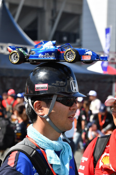 Scuderia Toro Rosso fan and hat