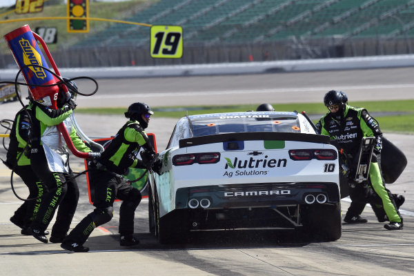 #10: Ross Chastain, Kaulig Racing, Dyna-Gro Seed Chevrolet Camaro pit stop