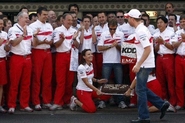 2007 Brazilian Grand Prix - Sinday RaceInterlagos, Sao Paulo, Brazil21st October 2007.The Toyota team say thanks to Ralf Schumacher and Franck Montagny for their services. Portrait. Atmosphere. World Copyright: Andrew Ferraro/LAT Photographicref: Digital Image _H0Y4154