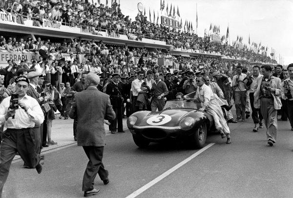 Le Mans, France. 22-23 June 1957. Ivor Bueb/Ron Flockhart (Ecurie Ecosse Jaguar D-type), 1st position. World Copyright: LAT Photographic Ref: C49403