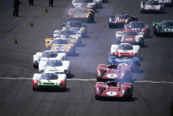 Mario Andretti / Chris Amon, SpA Ferrari SEFAC, Ferrari 312 P 0870 leads Jo Siffert / Brian Redman, Porsche System Engineering, Porsche 908 LH 026 and Pedro Rodríguez / Peter Schetty, SpA Ferrari SEFAC, Ferrari 312 P 0868 at the start.
