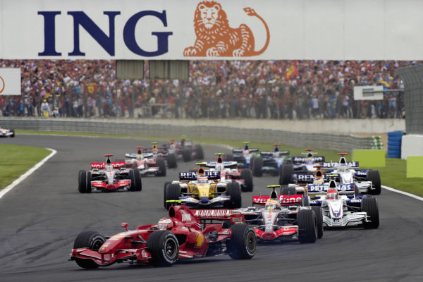 Kimi Räikkönen, Ferrari F2007 leads Lewis Hamilton, McLaren MP4-22 Mercedes and Robert Kubica, BMW Sauber F1.07 at the start.