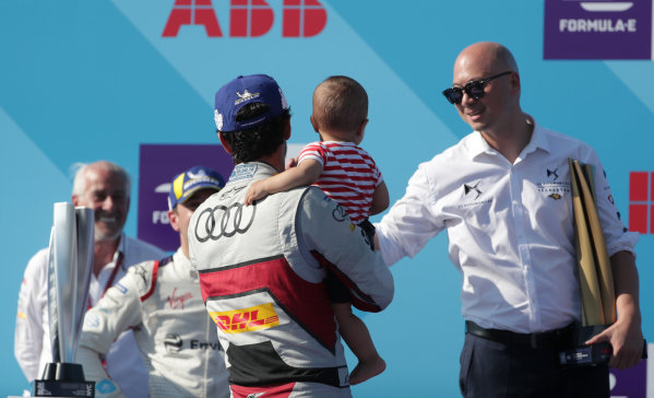 Edmund Chu, DS TECHEETAH President congratulates Lucas Di Grassi (BRA), Audi Sport ABT Schaeffler, 3rd position, with his son Leonardo