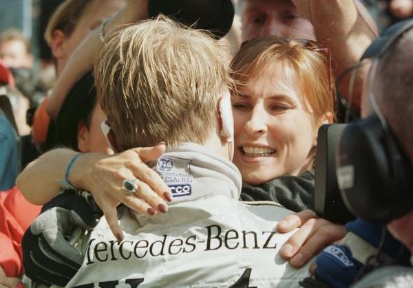 1998 Austrian Grand Prix.A1-Ring, Zeltweg, Austria.24-26 July 1998.Mika Hakkinen (McLaren Mercedes-Benz) celebrates finishing in 1st position with his wife Erja.World Copyright - Steve Etherington/LAT Photographic