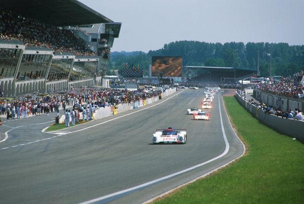 1993 Le Mans 24 Hours. Le Mans, France. 19th - 20th June 1993. Philippe Alliot/Mauro Baldi/Jean-Pierre Jabouille (Peugeot 905 Evo 1), 3rd position, leads at the start of the race, action. World Copyright: LAT Photographic. Ref:  93LM24