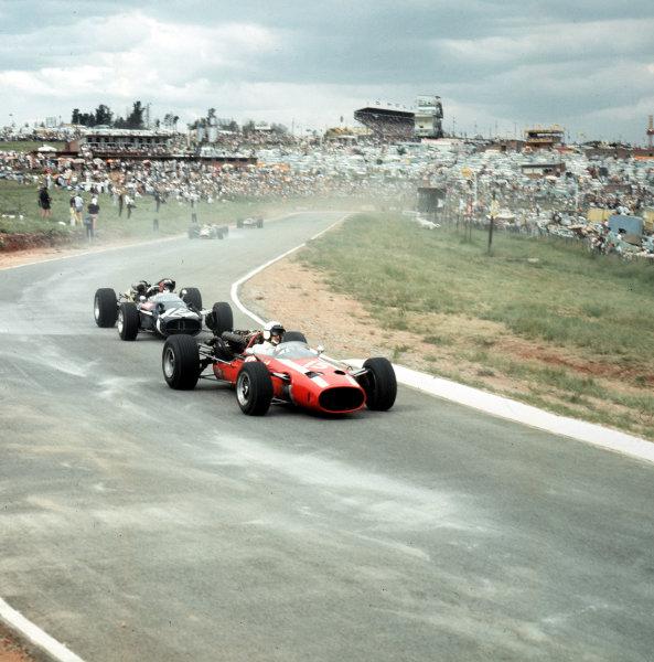 1967 South African Grand Prix. Kyalami, South Africa. 31/12/66-2/1/1967. Jo Bonnier leads Jo Siffert (both Cooper T81 Maserati). Ref-3/2492. World Copyright - LAT Photographic