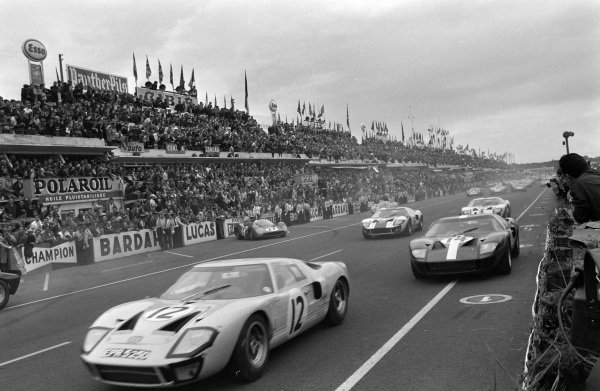 Innes Ireland / Jochen Rindt, F.R. English Ltd / Comstock Racing Team, Ford GT40, leads Peter Sutcliffe / Dieter Spoerry, Scuderia Filipinetti, Ford GT40, Jochen Neerpasch / Jacky Ickx, Essex Wire Corporation, Ford GT40, and Guy Ligier / Bob Grossmann, Ford France SA, Ford GT40, at the start.