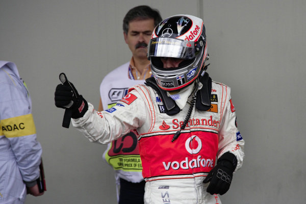 Fernando Alonso gives a thumbs up in parc fermé.