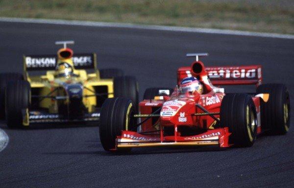 Japanese Grand Prix.Suzuka, Japan.30/10-1/11 1998.Jacques Villeneuve (Williams FW20 Mecachrome) leads Damon Hill (Jordan 198 Mugen Honda).World Copyright - LAT Photographic