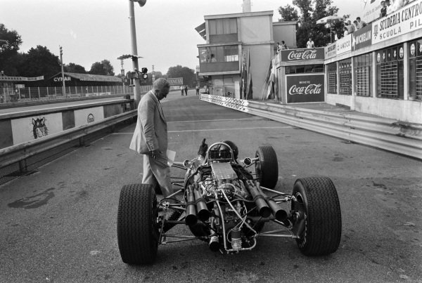 Dan Gurney, Eagle T1G Weslake, gesticulates at an official.