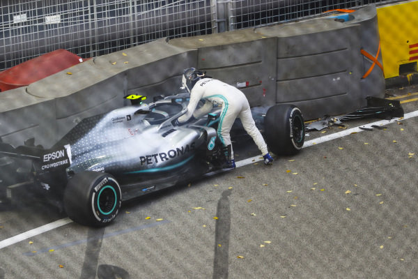 Valtteri Bottas, Mercedes AMG W10 crashes into the wall in FP1