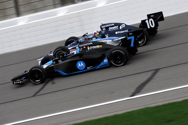 L-R: Danica Patrick (USA) Andretti Green Racing, leads Dario Franchitti (GBR) Ganassi Racing.IndyCar Series, Rd3, Road Runner Turbo 300, Kansas Speedway, Kansas, USA. 25-26 April 2009.